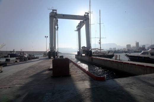 Grúa a contraluz en el puerto de Calpe.
