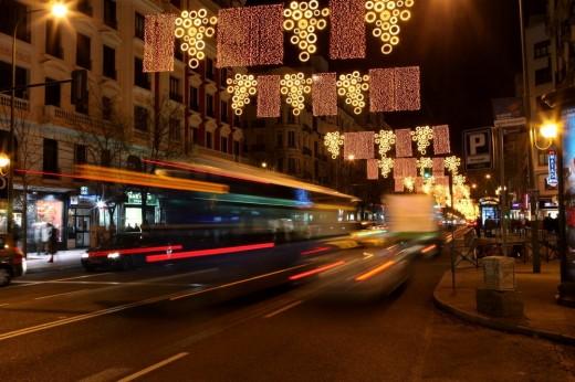 Tráfico nocturno y luces navideñas.