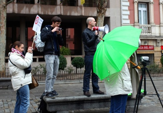 El animador de la manifestación megáfono en mano.