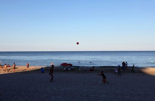 La pelota está en el aire.
