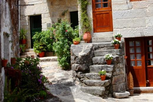 Patio ajardinado en Combarro (Galicia)