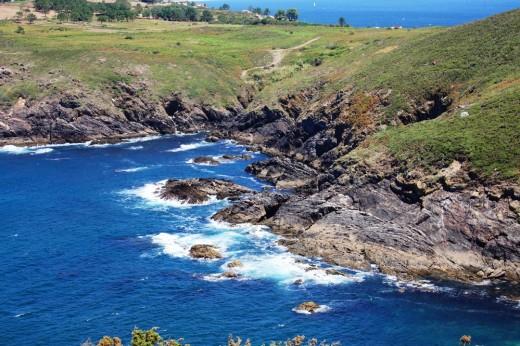 Cala escarpada en la isla de Ons.