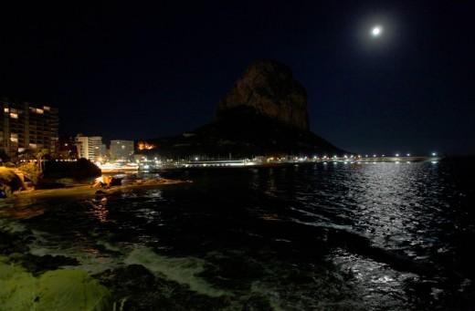 Foto nocturna del Peñón de Ifach.