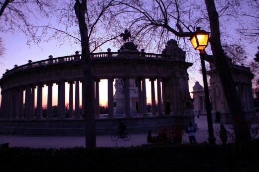 Atardecer en el monumento a Alfonso XII del retiro.