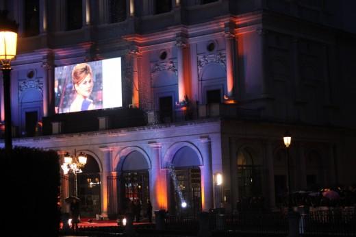 Fachada iluminada del Teatro Real.