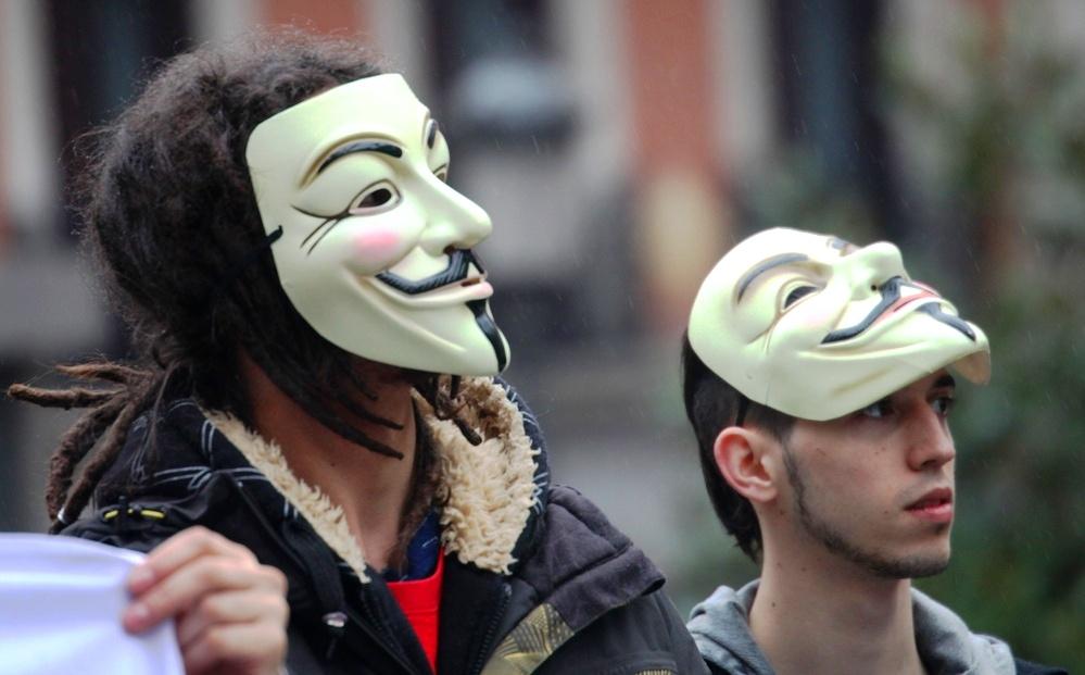 Primer plano de dos anónimos.