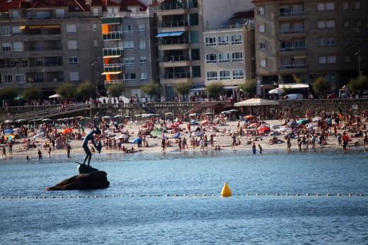 Playa de Silgar con su característica escultura: La Madama.