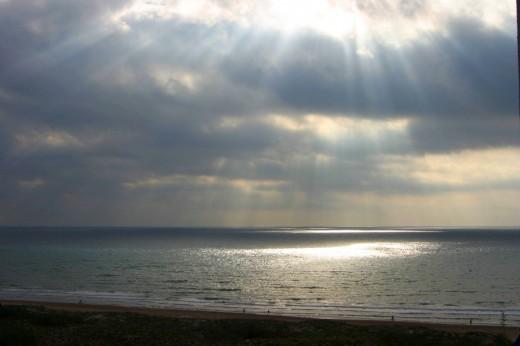 Bonito espectáculo de sol mar y nubes.