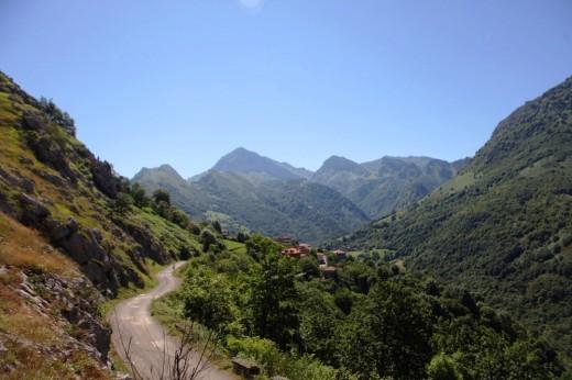 Cazo un pueblecito asturiano entre verdes montañas.
