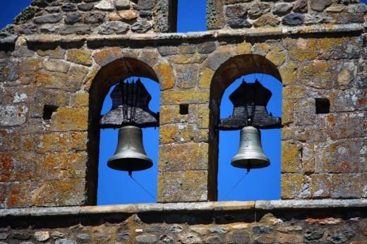 Detalle del campanario de la iglesia Nuestra Señora del Rosario en Riaño.